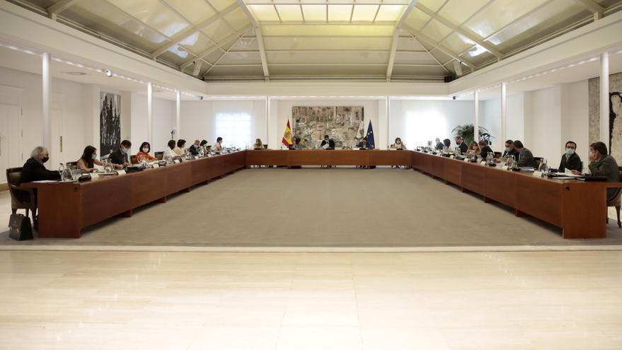 El presidente del Gobierno, Pedro Sánchez (c), preside la reunión del Consejo de Ministros en Moncloa, en Madrid (España), a 25 de agosto de 2020.