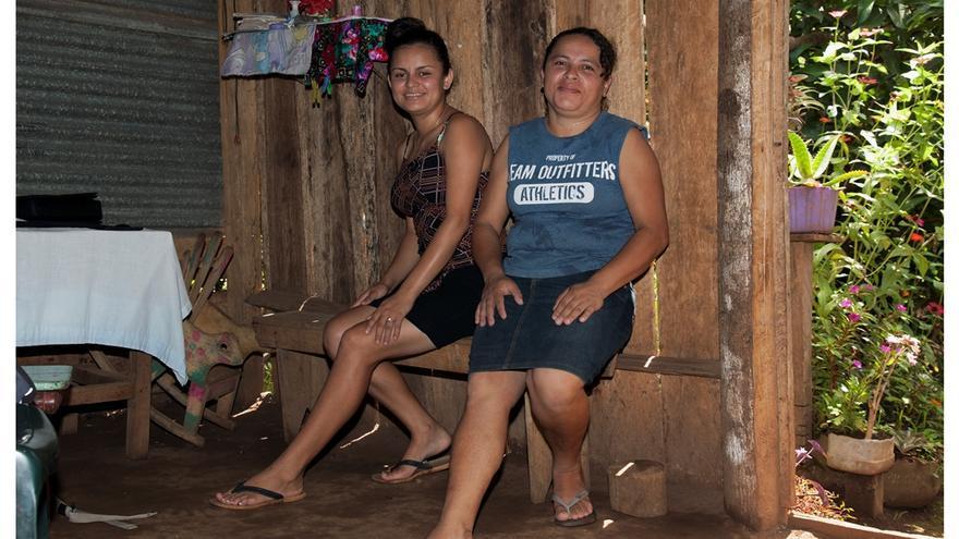 Antonia y Grethel, en el salón de su casa. Foto: Miguel Corazón/Ayuda en Acción