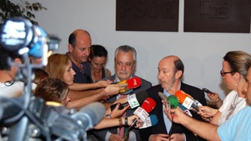 Griñán Y Rubalcaba Atienden A Los Medios En La Sede Del PSOE-A