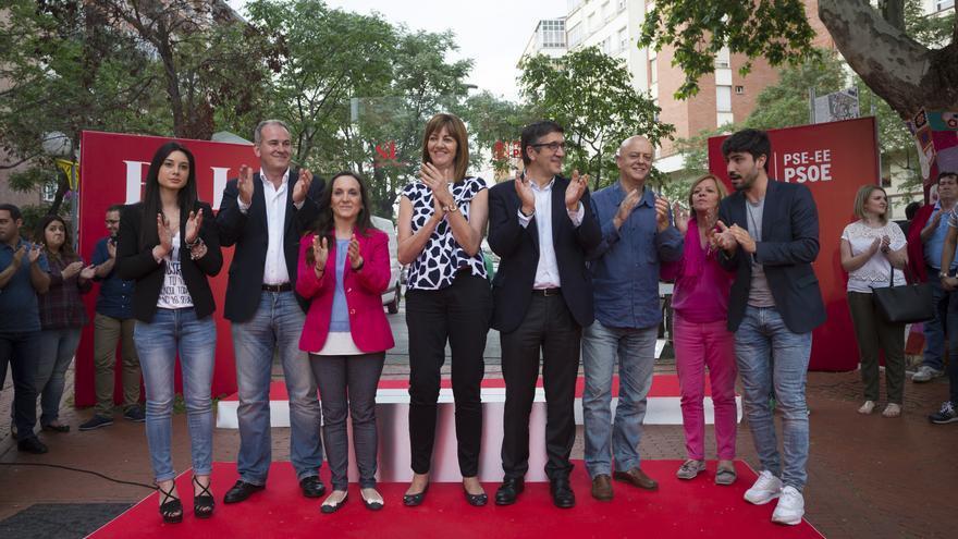 Los candidatos del PSE-EE, junto a su líder, Idoia Mendia, en el acto de Vitoria. /Foto PSE.