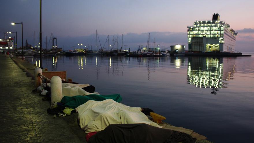 Amanece en la isla griega de Kos. Los refugiados duermesn en el puerto / Foto : Alva White/MSF.