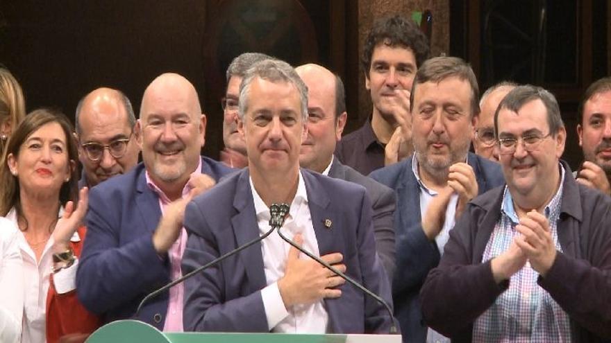 Urkullu recibe llamadas de Rajoy y Sánchez para felicitarle tras su triunfo electoral