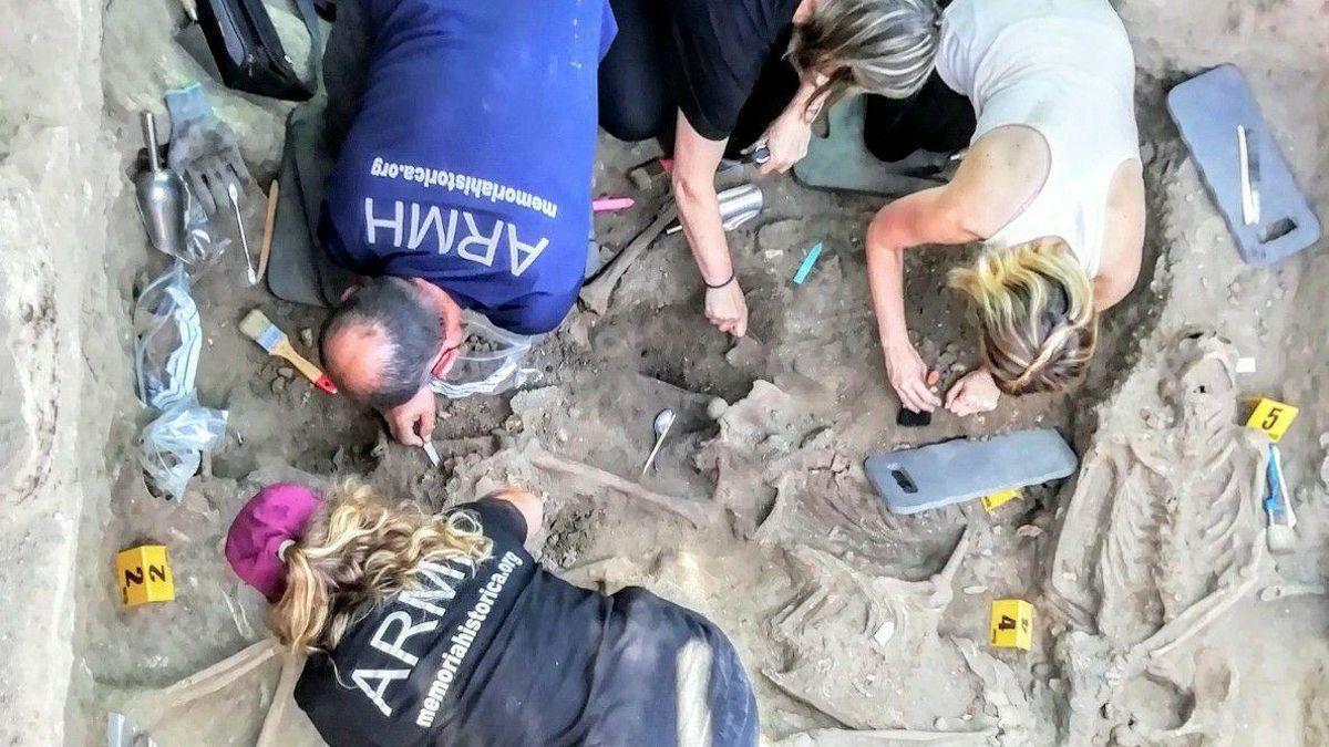 Voluntarios de la ARMH en la fosa de El Espinar el pasado mes de septiembre