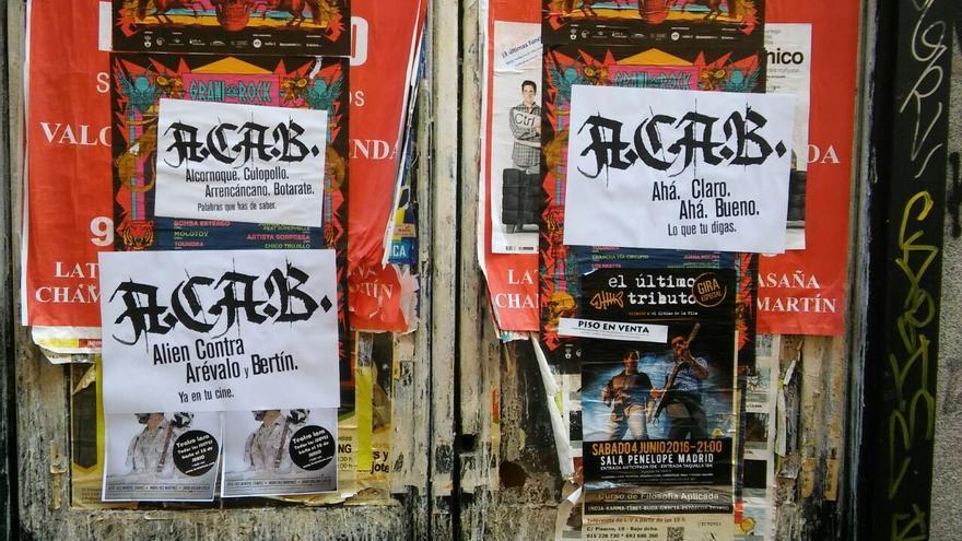 5ca61d3710e94 Carteles con significados distintos de ACAB en la Corredera Baja de San  Pablo