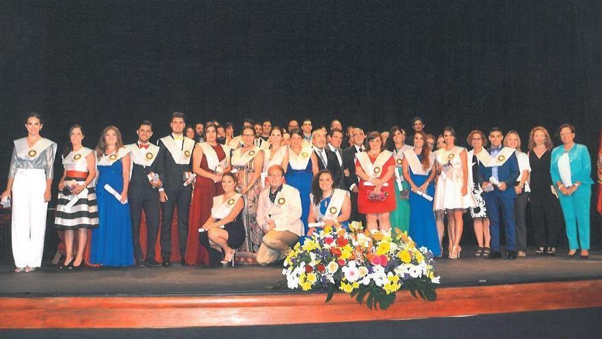 Foto de familia de los nuevos graduados de la Escuela de Enfermería de la ULL en La Palma.
