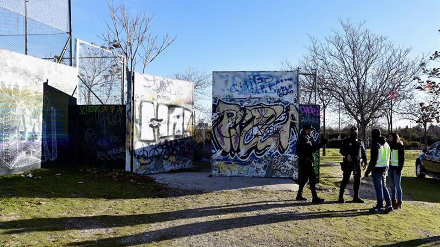Agentes de la Policía Nacional permanecen en las inmediaciones de la cabaña situada en el barrio de Vallecas cerca de la autovía de Valencia (A3) que empleaban los dos jóvenes detenidos el pasado mes de diciembre en Madrid como presuntos yihadistas.