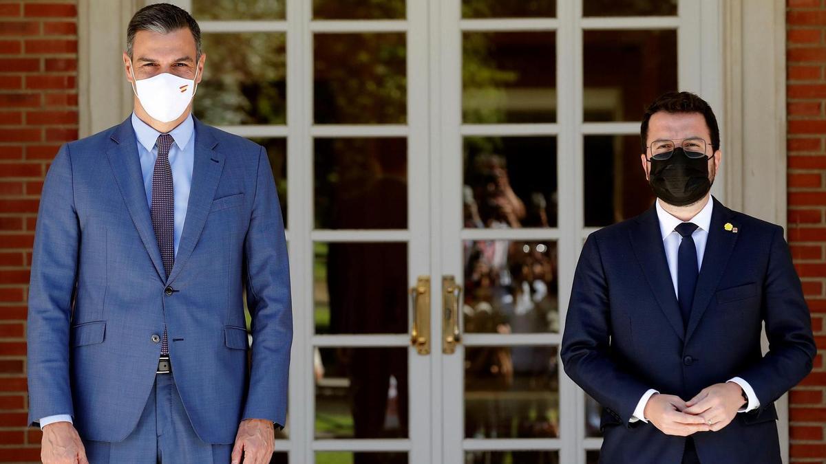 El presidente del Gobierno, Pedro Sánchez (i), recibe al presidente de la Generalitat, Pere Aragonès, durante su encuentro este martes en el Palacio de la Moncloa