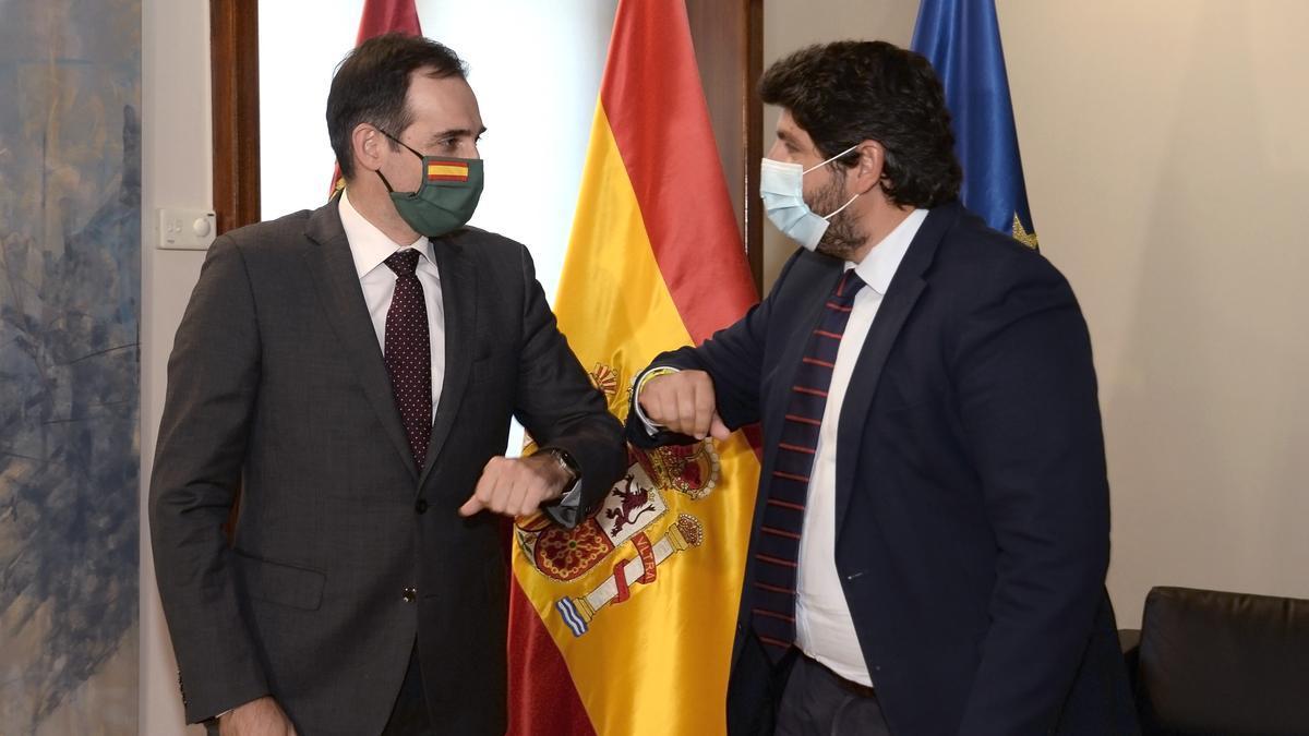Juan José Liarte, portavoz de los 'díscolos' de Vox' en el Parlamento de Murcia con el presidente murciano Fernando López Miras