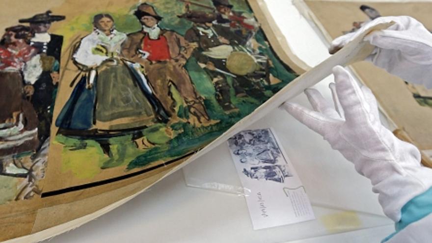 Un técnico del Ivacor manipula un dibujo de Sorolla