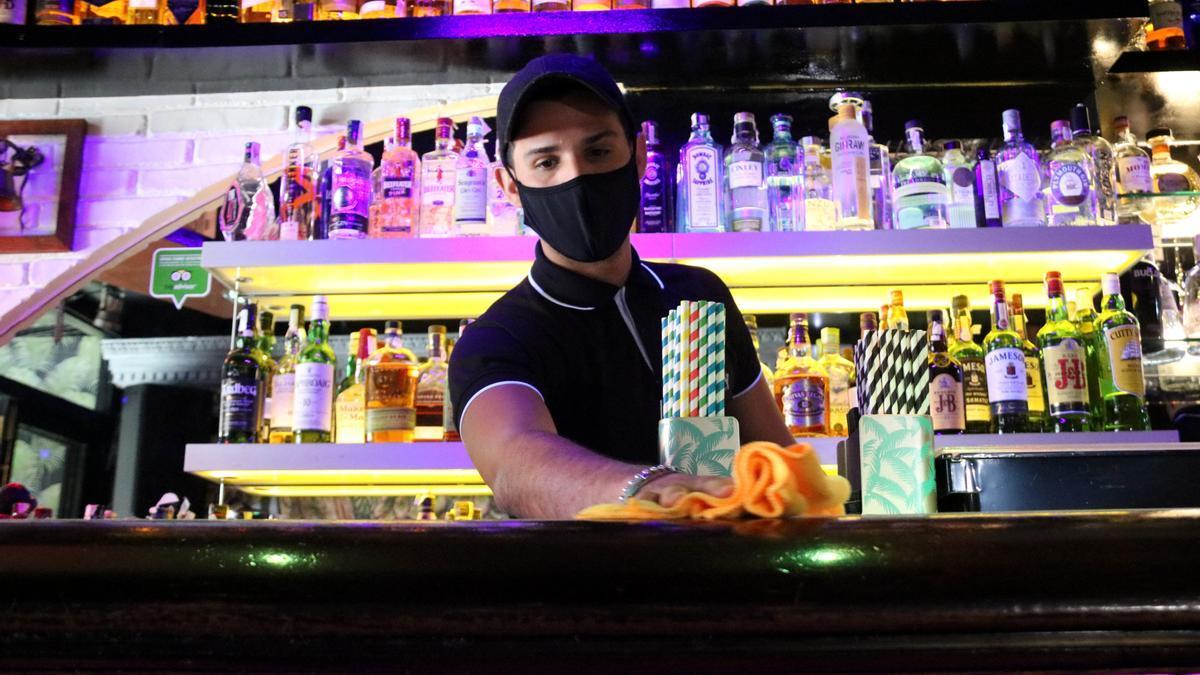 El camarero de uno de los locales que participarán en el ensayo, en Sitges