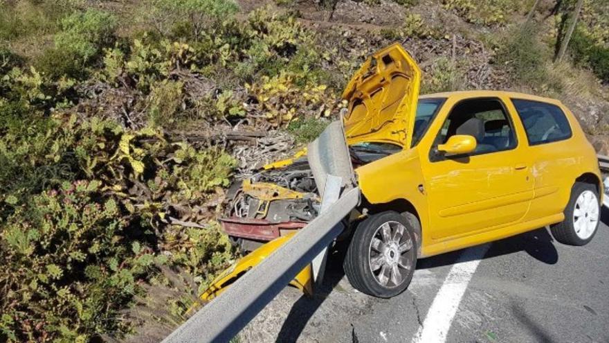 Vehículo accidentado en la carretera de San Lorenzo. (TWITTER POLICÍA LOCAL)
