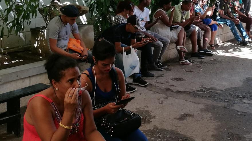 Los puntos wifi se identifican con facilidad  por el cúmulo de gente al que reúnen