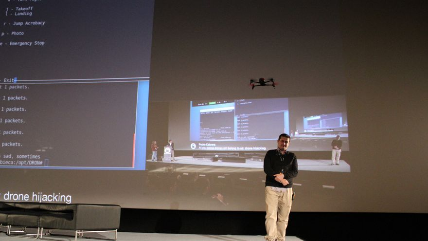 El organizador de la Rooted Román Ramírez contempla el dron manejado por Pedro Cabrera