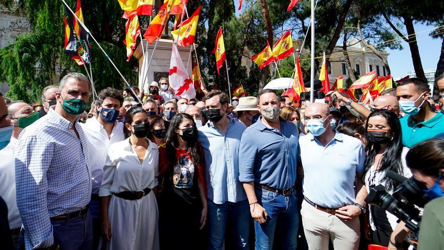 Dirigentes de Vox en la concentración de la plaza de Colón contra los indultos