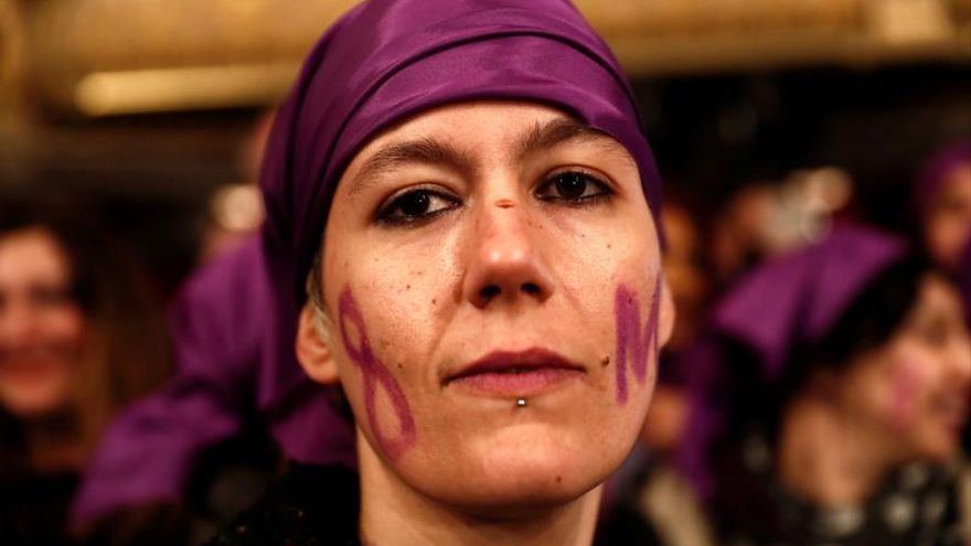 Feministas asisten al sorteo de Navidad para reivindicar el 8 de marzo