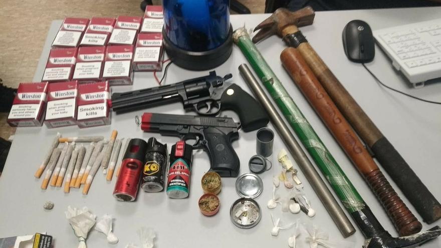 Policía de Barakaldo se incauta en un bar de sustancias estupefacientes, sprays lacrimógenos y dos pistolas simuladas