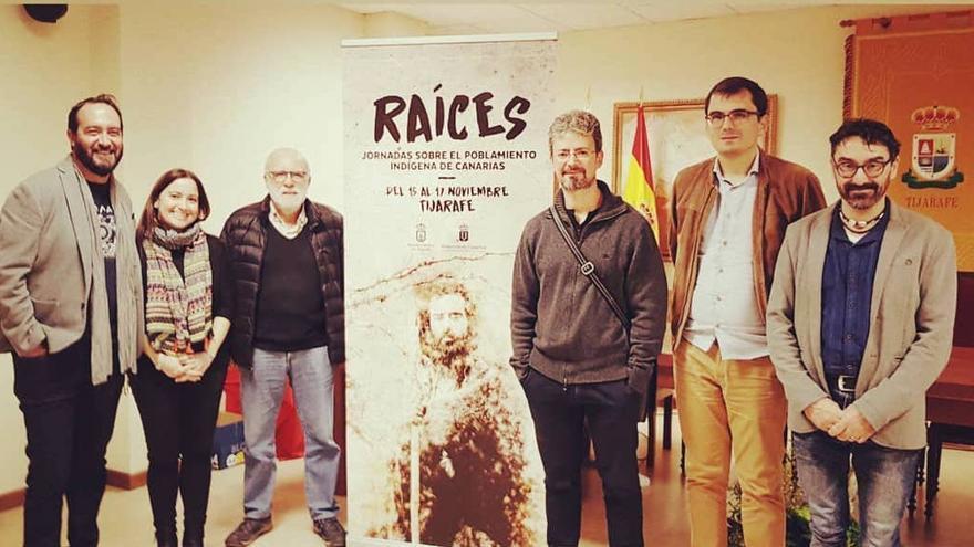 Ponentes y autoridades locales en las jornadas 'Raíces'.