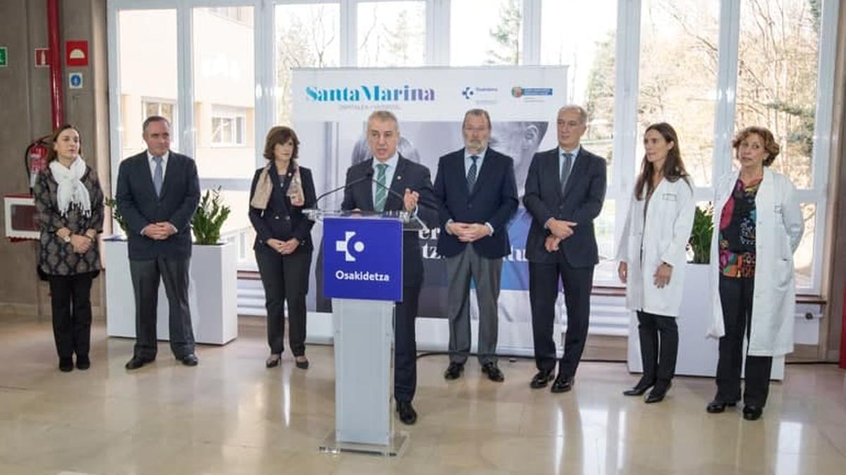Juan Diego, el segundo a la izquierda del lehendakari (derecha en la imagen), en un acto en el hospital Santa Marina de Bilbao