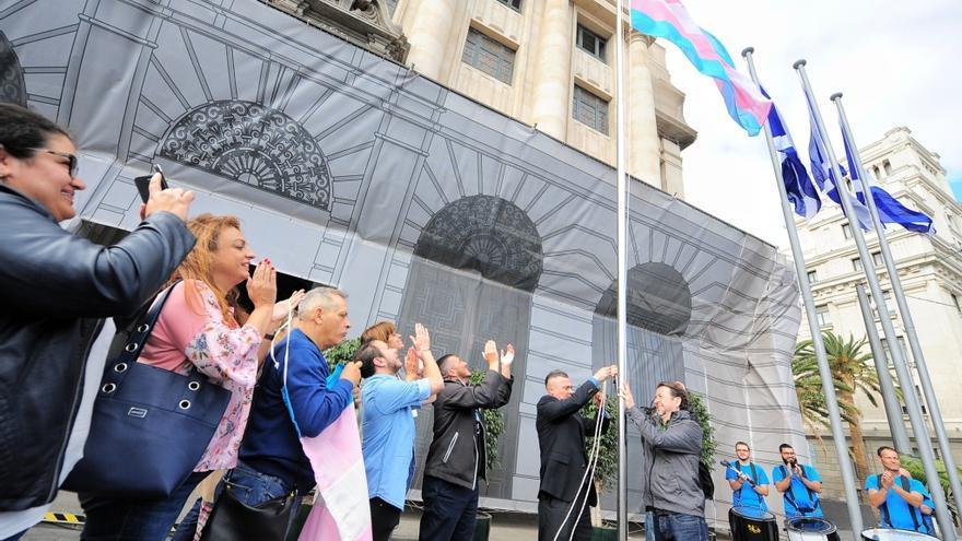 Momento del izado de la bandera trans, con Yelko Fernández, de Transboys, y Carlos Alonso, presidente del Cabildo de Tenerife