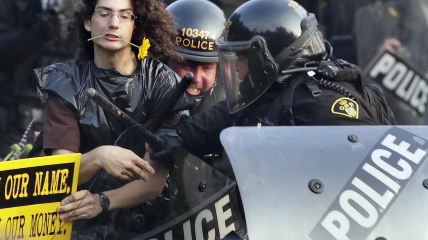 Un manifestante es detenido por la policía durante las protestas contra la cumbre del G20 en Toronto en el año 2010 (AP Photo/Carolyn Kaster)