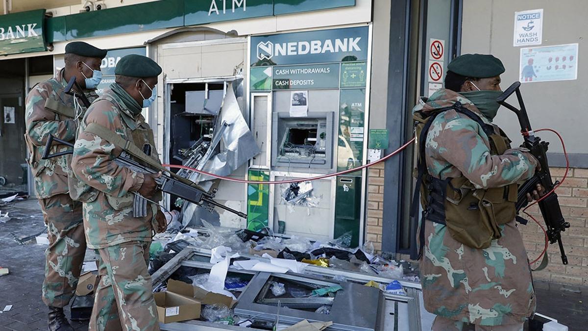 La policía sudafricana investiga a 12 sospechosos de estar detrás del estallido de violencia.