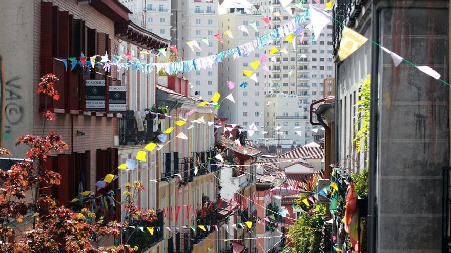 Banderines colocados por los vecinos de la calle Tesoro durante el confinamiento   SOMOS MALASAÑA