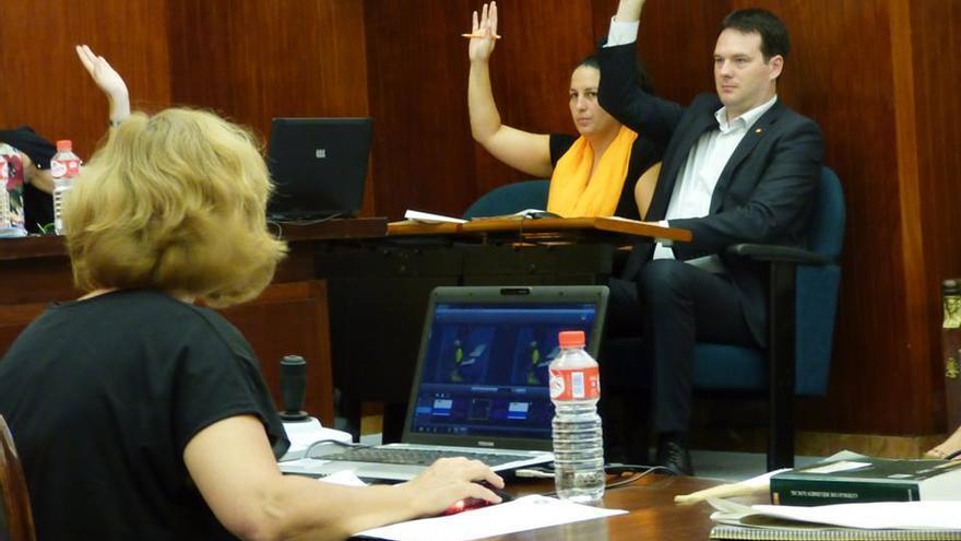 Los concejales David González y Cora Vielva votando durante un pleno en Santander.   CIUDADANOS