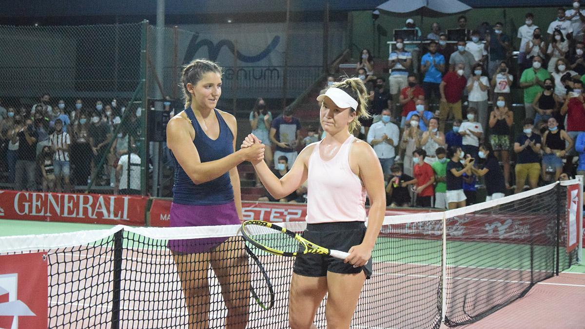 Rebeka Masarova, a la izquierda, dando la mano a su rival tras el partido