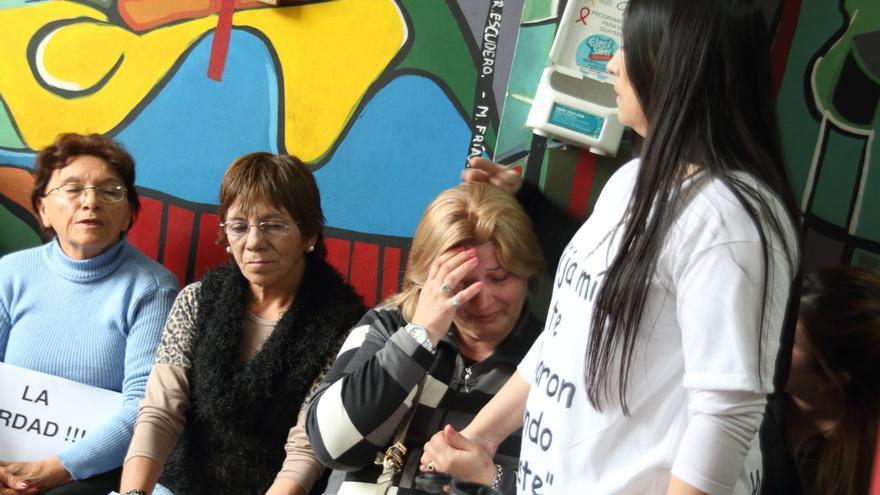 2e4b4f13e Patricia da la mano a una madre que cuenta su historia. La Red Argentina por