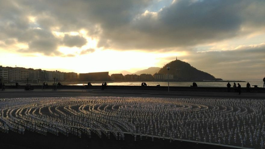 La instalación artística de Irantzu Lekue, compuesta por 10.000 botellas, cierra el programa Olas de Energía de SS2016