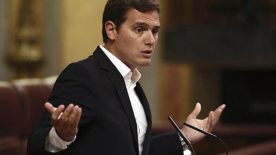 """Rivera critica el """"show"""" de Rajoy y dice que no le extraña que no cite Gürtel"""
