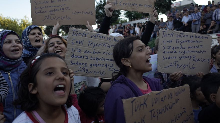 Refugiados sirios gritan lemas de protesta durante una concentración en la la terminal de bus estambulita de Esenler el pasado 15 de septiembre contra el bloqueo al paso de refugiados por tierra | Lluís Miquel Hurtado