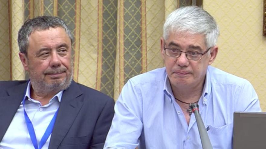 Manuel Prieto, abogado del maquinista Francisco José Garzón, acompañándolo durante su comparecencia en el Congreso