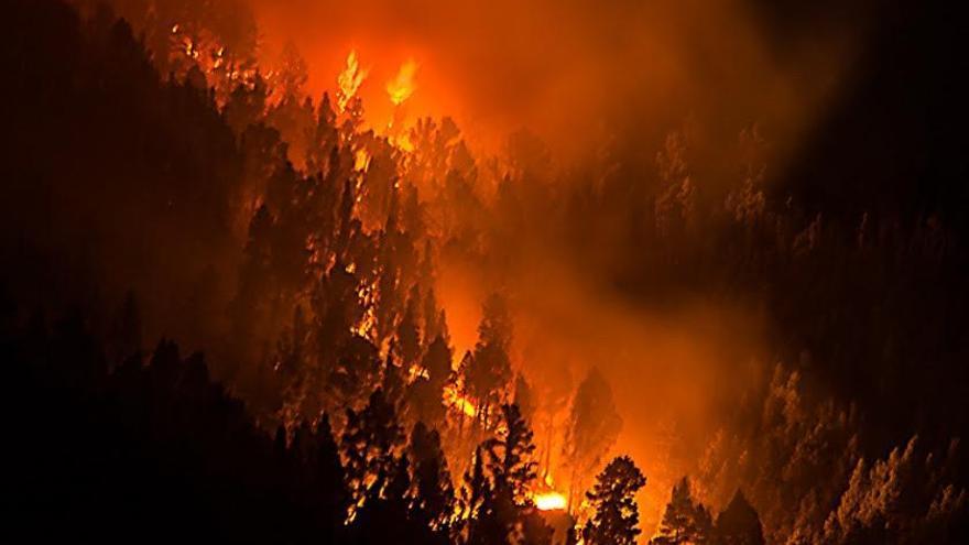 En la imagen, incendio forestal en Mazo: Foto: JOSÉ F. AROZENA.