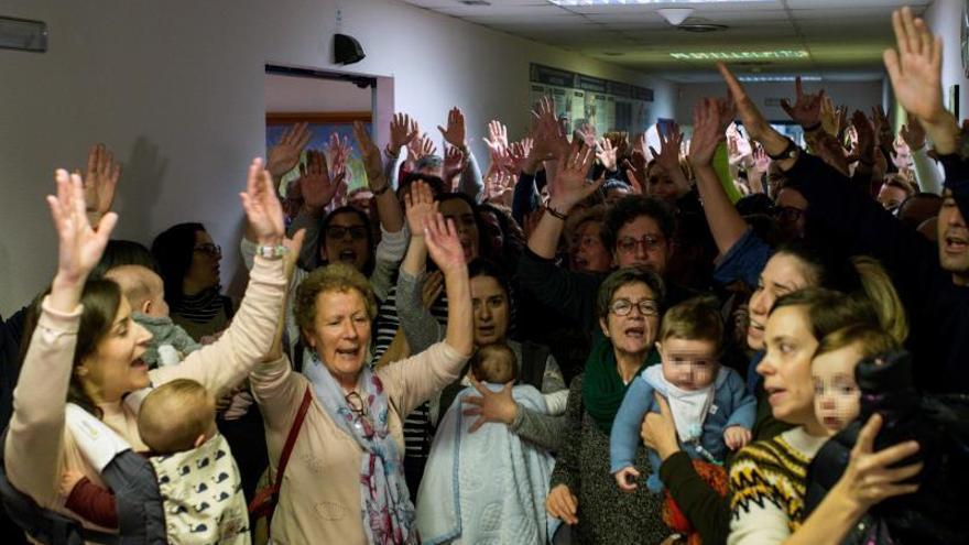 Trabajadores del hospital de Verín se encierran por supresión del paritorio