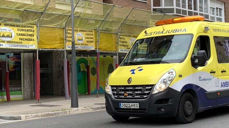 Una ambulancia de Osakidetza, este lunes en Vitoria