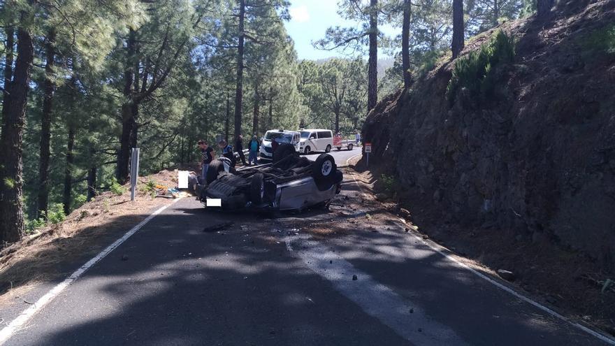 Imagen del accidente de trafico registrado este jueves en n Garafía, en la carretera de subida al Roque de Los Muchachos.