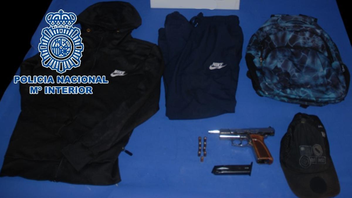 Arma y ropa con la que el presunto autor de los hechos cometía los atracos