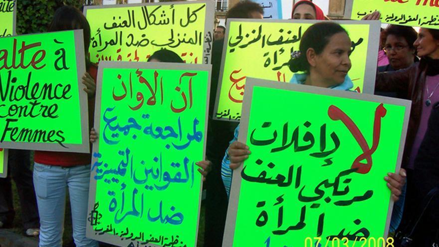 Activistas de Amnistía Internacional Marruecos en una manifestación en Rabat el día internacional de los derechos de la mujer el 7 de marzo de 2008. www.resistingwomen.net/Ali Fkir