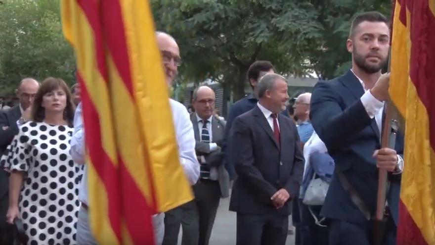 El concejal de Vox en Sagunto, Alejandro Vila, porta la enseña de la ciudad durante las celebraciones del 9 d'Octubre