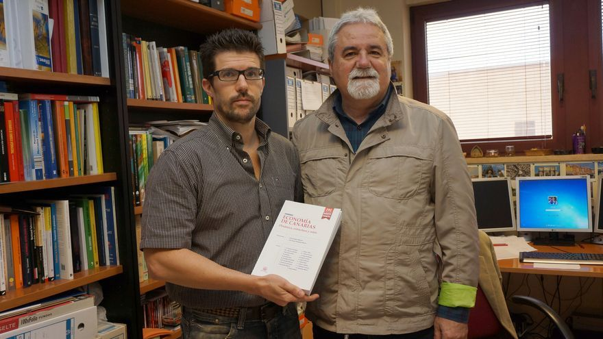 El codirector del estudio, junto al catedrático emérito José Ángel Rodríguez, en la presentación del libro 'Economía de Canarias'