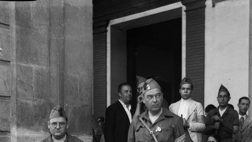 Falangistas en la puerta del Ayuntamiento de Sevilla.