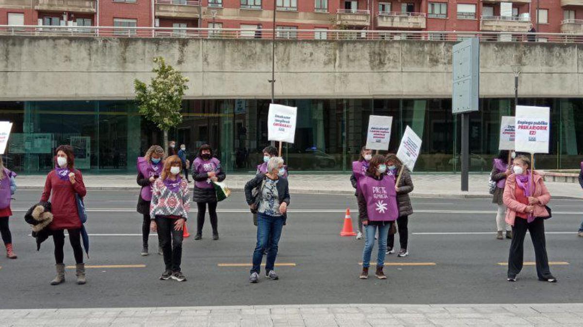 """Concentración ante la entrada del hospital de Basurto en Bilbao para denunciar que la precariedad y la interinidad en la administración pública en Euskadi """"tiene rostro de mujer"""""""