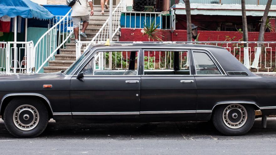 Las diez limosinas Chaikas, regaladas por la Unión Soviética para garantizar la  seguridad de Fidel Castro, hoy funcionan como una flota de taxis.