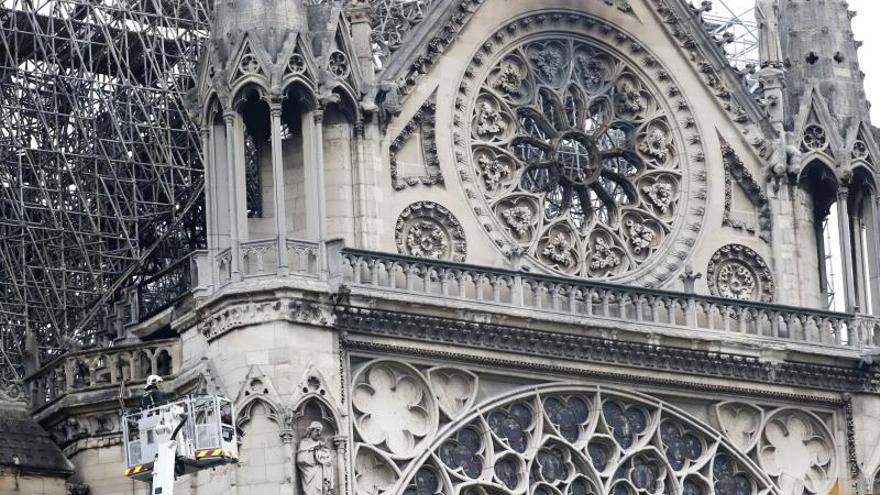 Francia evalúa los daños sufridos por la catedral de Notre-Dame de París, devastada por un incendio cuyo origen es todavía desconocido y está siendo investigado por la Justicia