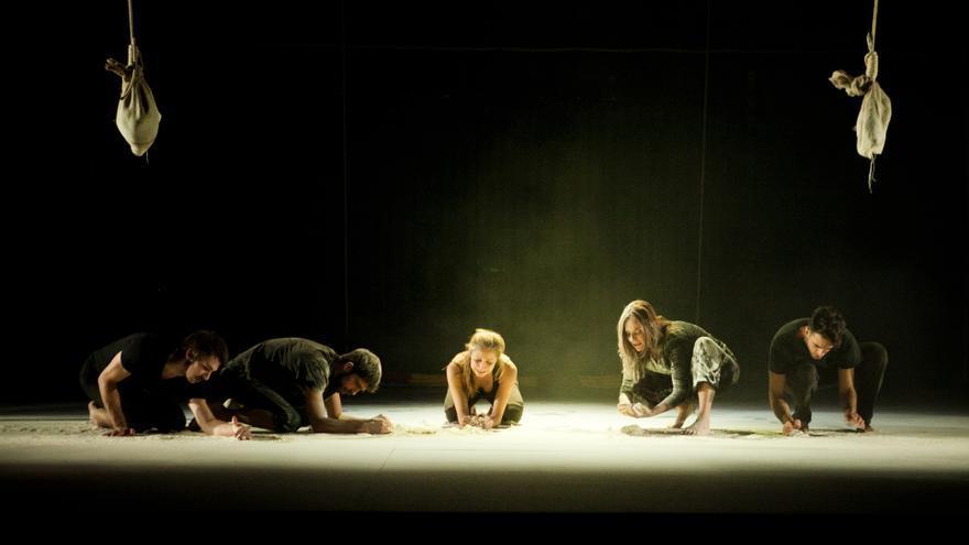 Instant de l'obra interpretada per la companyia Perros Daneses