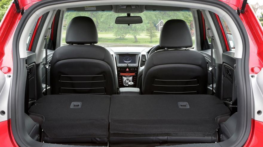 El Ssangyong Tivoli tiene un maletero de 423 litros (347 en las versiones 4x4), ampliable a 1.115 (1.019) con los asientos abatidos.