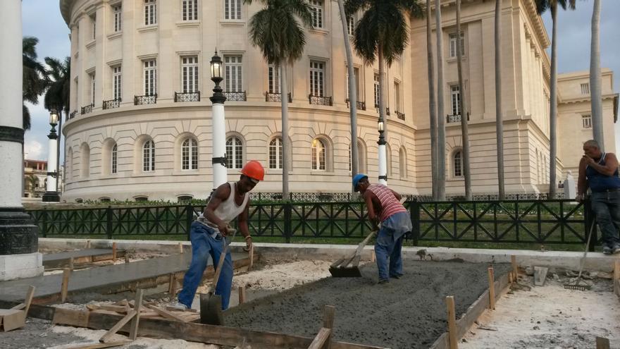 Trabajaos de asfaltado en los alrededores del Capitolio en el mediodía del domingo.