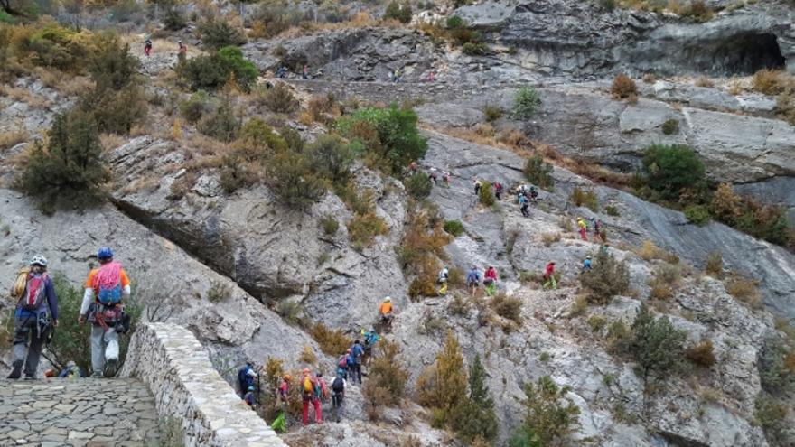 Las cordadas participantes camino de la pared.