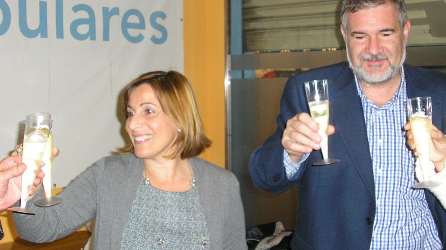 Miguel Llorens, brindando con la alcaldesa de Benicàssim, Susana Marqués, en un acto del PP.